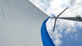 Segel der Segeljacht am Windtag stock video footage
