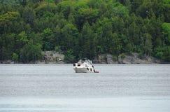 Segel eines kleine Bootes entlang dem Fluss Lizenzfreie Stockfotografie