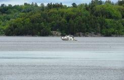 Segel eines kleine Bootes entlang dem Fluss Lizenzfreies Stockbild