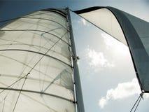 Segel eines Segelboots mit einer Himmel-Ansicht Stockfotos