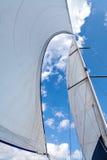 Segel füllten mit Wind gegen den Himmel mit Wolken Stockfoto