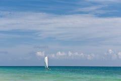 Das Segel und das karibische Meer Stockfotografie