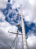 Segel und Mast eines modernen Segelbootes Stockbilder