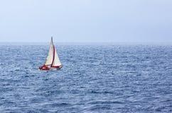 Segel-Yacht in Meer Stockfoto