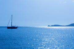Segelbåt för Javea Xabia morgonljus i Alicante royaltyfri foto