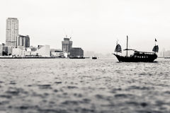 Segelbåt för kinesisk stil i den Hong Kong Victoria hamnen Royaltyfria Bilder