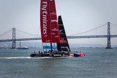 Segelbåt för Team Emirates AC 72, Louis Vuitton Cup lopp Royaltyfria Foton