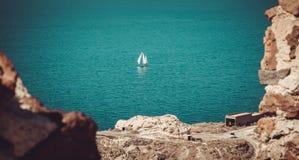 Segelbåt i det Aegean havet Royaltyfri Fotografi