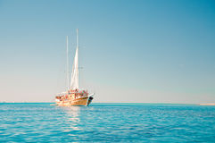 Segelbåt i det blåa havet fotografering för bildbyråer
