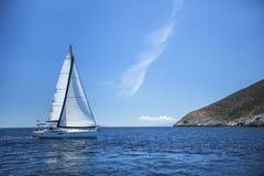 Segelbåt i det lugna havet segling Rader av lyxiga yachter på marinaskeppsdockan Resor Royaltyfri Fotografi