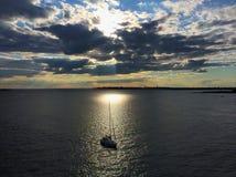 Segelbåt i fjärd Royaltyfri Foto