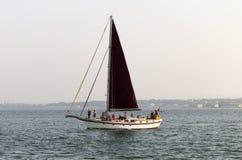Segelbåt i floden royaltyfria foton