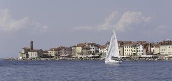 Segelbåt i fron av den Adriatiska havet staden av Piran Arkivfoton