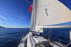 Segelbåt i havet Arkivfoto