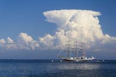 Segelbåt i havet Arkivbild