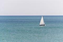 Segelbåt i havet lyxig segling i ett lugna vatten för flotta och navigeringbegrepp Arkivfoton