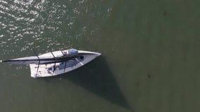 Segelbåt i havet nära porten footage Vit segelbåt i havet arkivfilmer