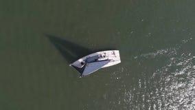 Segelbåt i havet nära porten footage Vit segelbåt i havet stock video