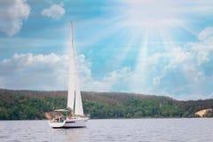 Segelbåt i havet i sunntdagen över härlig stor bergbakgrund, lyxigt sommaraffärsföretag, aktiv semester Utrymme för royaltyfri fotografi