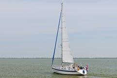 Segelbåt i Marken laken Arkivfoton