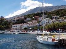 Segelbåt i port av Agios Kirikos Royaltyfri Bild