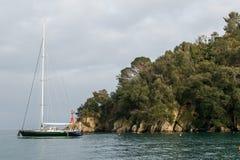 Segelbåt i Portofino royaltyfri bild