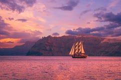 Segelbåt i Santorini, Grekland arkivbilder