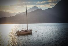 Segelbåt i sjön Como Italien royaltyfri bild
