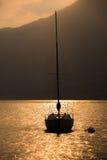Segelbåt i solnedgången Fotografering för Bildbyråer