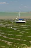 Segelbåt i strandremsan (Charente, Frankrike) Arkivfoton