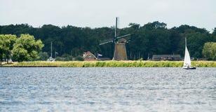 Segelbåt med familjen i sommar Arkivbilder