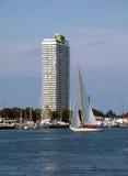 Segelbåt med hotellet Royaltyfri Fotografi