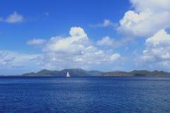 Segelbåt nära Norman Island i Britishen Virgin Islands Arkivfoton