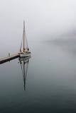 Segelbåt och dimma Royaltyfri Bild