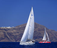 Segelbåt och katamaran i Santorini Fotografering för Bildbyråer