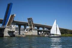 Segelbåt och klaffbro Fotografering för Bildbyråer