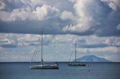 Segelbåt- och Montecristo ö Royaltyfri Foto