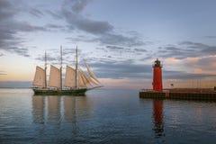 Segelbåt och röd fyr på Lake Michigan i Milwaukee, Wisconsin arkivbilder