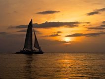Segelbåt och tropisk solnedgång royaltyfri foto