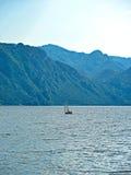 Segelbåt på berg en sjö Royaltyfri Fotografi