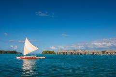 Segelbåt på den Bora Bora lagun Royaltyfri Fotografi