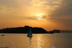 Segelbåt på den havsSri Lanka solnedgången royaltyfria bilder