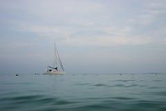 Segelbåt på den Smed ön i det Thailand havet Royaltyfri Foto