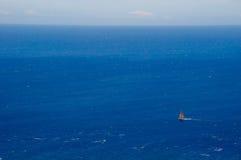 Segelbåt på det vidsträckta havet Arkivfoto