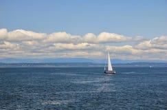 Segelbåt på Elliott Bay, Seattle, Washington Fotografering för Bildbyråer