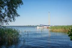 Segelbåt på en av Frisian sjöarna i Nederländerna royaltyfria foton