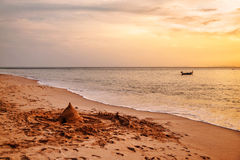 Segelbåt på en bakgrund av solnedgången Arkivbilder