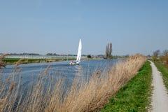 Segelbåt på en kanal i polder, nästan Rotterdam royaltyfria foton