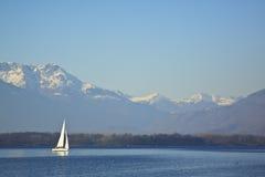 Segelbåt på en sjö Arkivbild