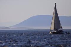 Segelbåt på en solig dag Fotografering för Bildbyråer